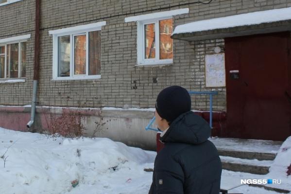"""Жестокое убийство произошло в этом доме на улице Бородина <nobr class=""""_"""">11 месяцев</nobr> назад"""