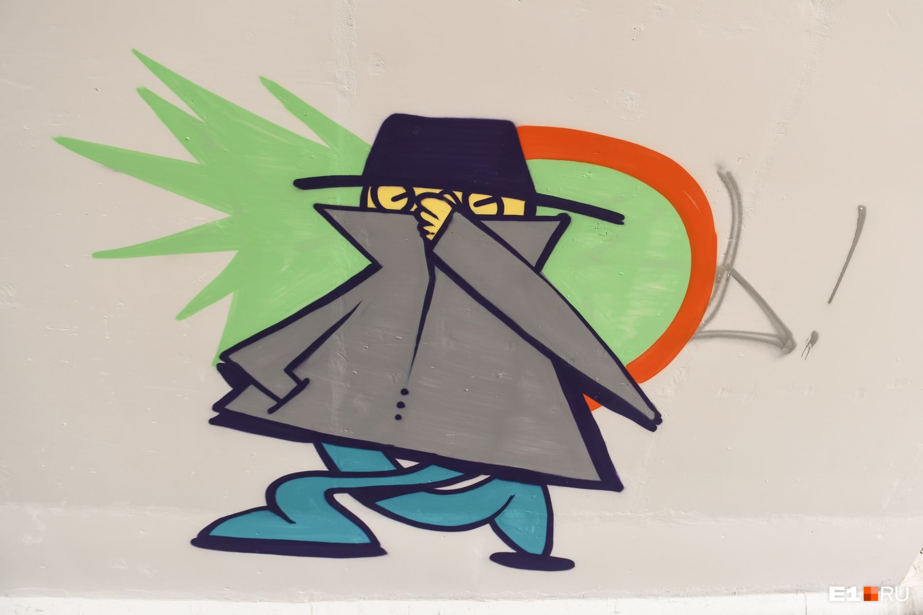 Загадочный человек в плаще и шляпе, зажав нос, убегает от чего-то, что очень неприятно пахнет