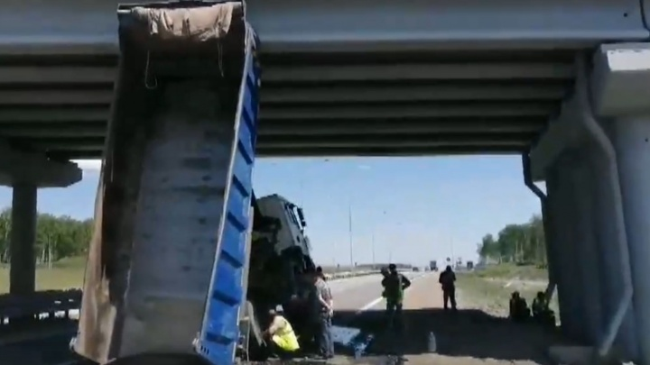 Иностранец за рулём грузовика зацепился кузовом за мост на трассе М-5 и вылетел в лобовое стекло