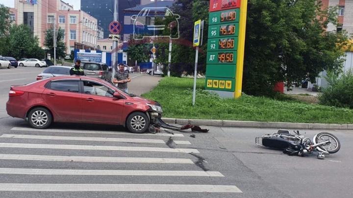 Водитель мопеда без шлема перевернулся в воздухе от удара «Киа»