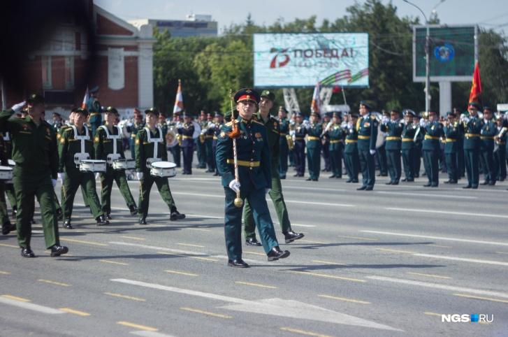 Открыла торжественный марш рота барабанщиков Новосибирского высшего командного училища