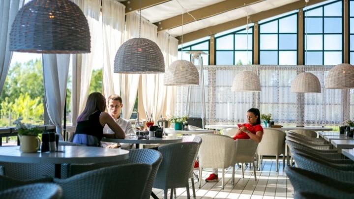 «Это вызовет ажиотаж»: рестораны Красноярска ждут наплыва гостей после смягчения ковидных ограничений