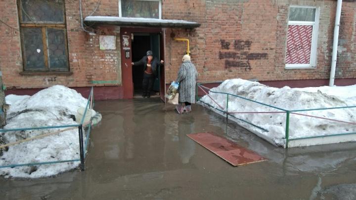 Двор пятиэтажки в Нефтяниках затопило водой