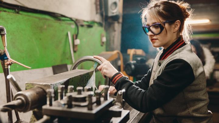 Не женское дело: как хрупкая тюменка работает токарем-фрезеровщиком