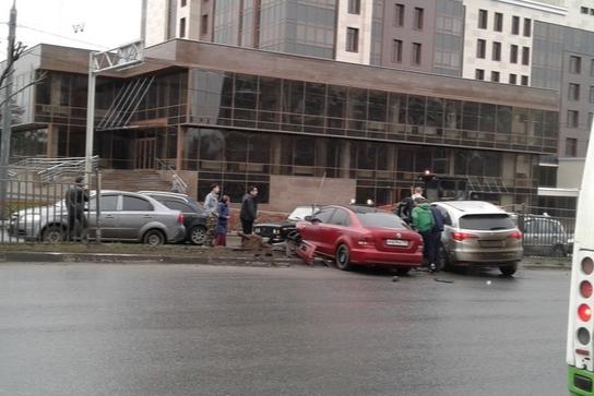 Две машины проломили забор: Московский проспект встал в пробку из-за ДТП