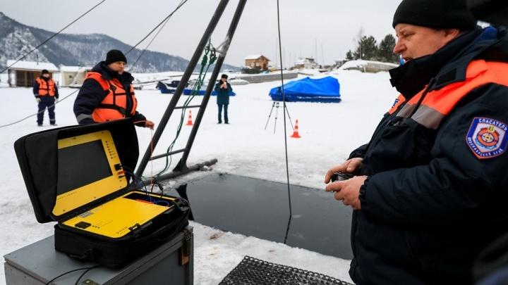 Мужчина выехал на тонкий лед на «Тойоте» и провалился