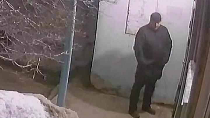 Новосибирец чуть не забил до смерти незнакомца в подъезде — теперь его ищет полиция