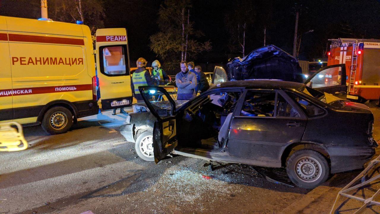 Одного из пострадавших достали из автомобиля сотрудники скорой, сообщил читатель 29.RU