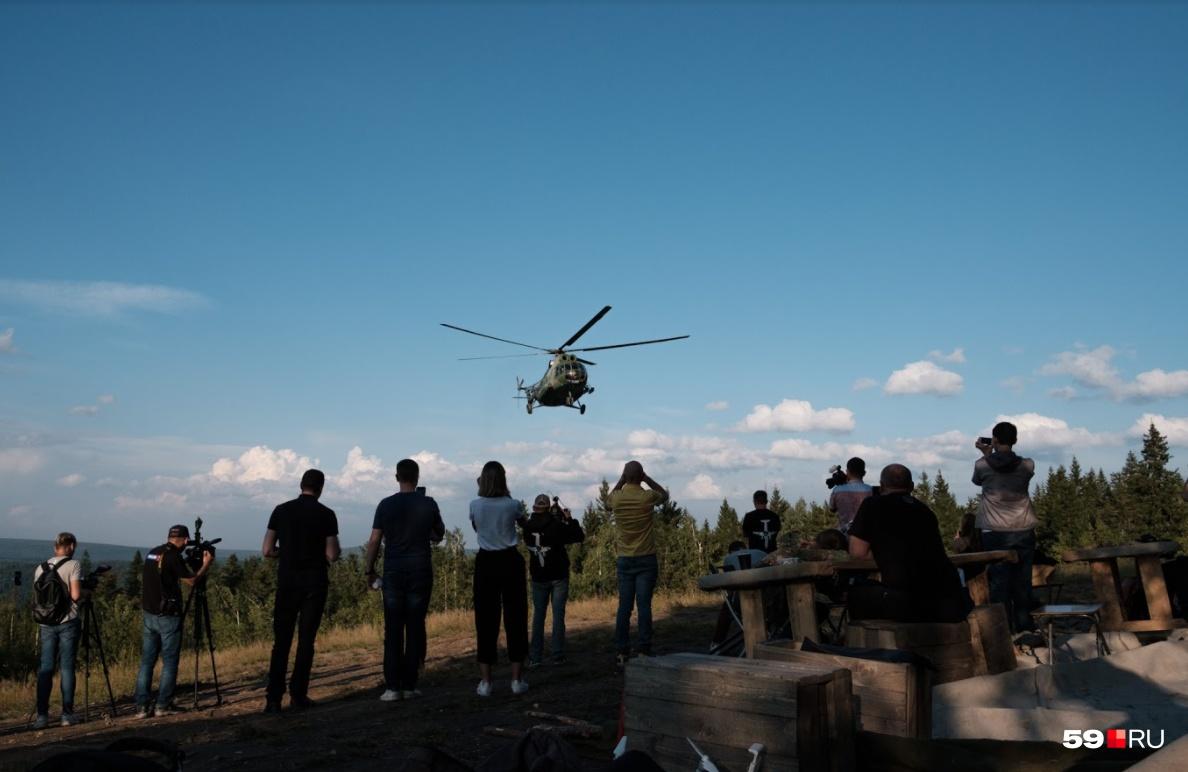 Мы стали свидетелями съемок его взлета, полета и приземления. В это время внутри него также проходила съемка прощания героини с тайгой