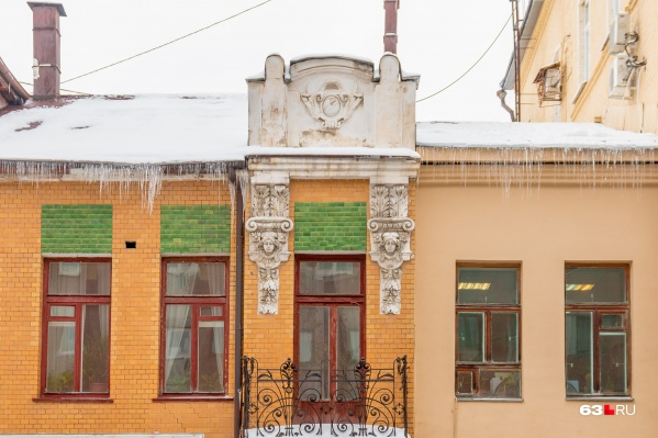 В здании регулярно протекала крыша