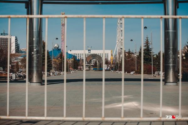 Ранее в Тюмени закрыли все парки и скверы. Теперь нельзя выходить на улицу