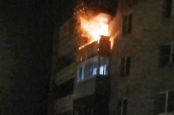 Огонь вырывался из окон на четвёртом этаже