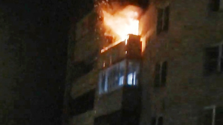 Уже пытался взорвать дом: житель многоэтажки поджёг свою квартиру. Видео