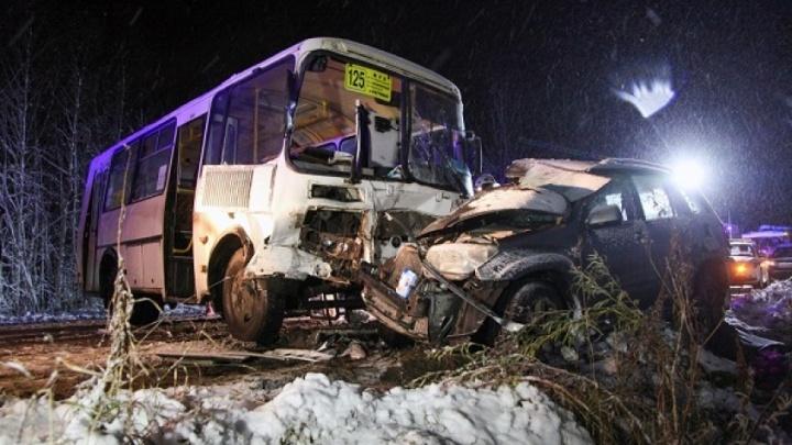 У Катунино лоб в лоб столкнулись «Тойота» и автобус