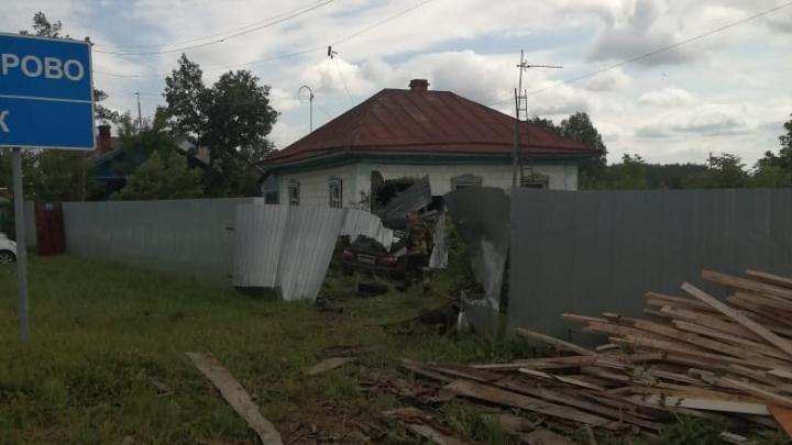 Автомобиль пробил забор и влетел в жилой дом под Новосибирском