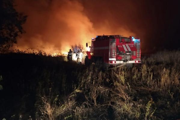 Ветер и местность сильно затрудняют работу пожарных