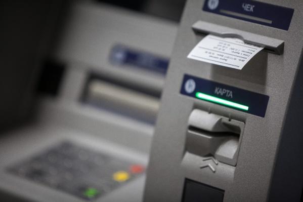 Мошенники вынуждали потерпевших пройти к банкомату и перевести деньги