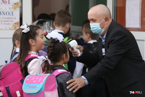 Чтобы избежать распространения ОРВИ и коронавируса, ученикам ежедневно проверяют (ну или, по крайней мере, должны проверять) температуру