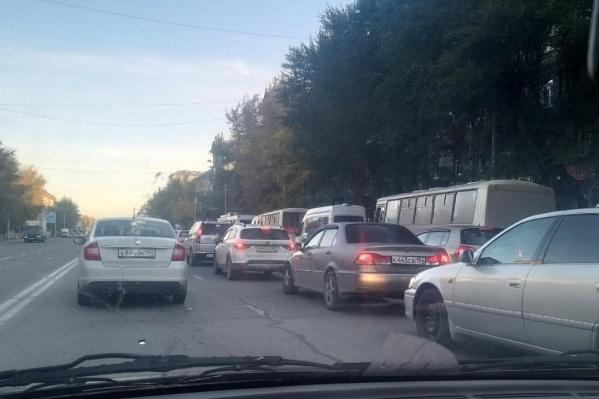 Пробки в районе площади Труда появились с раннего утра — напряжённая ситуация сохраняется до сих пор