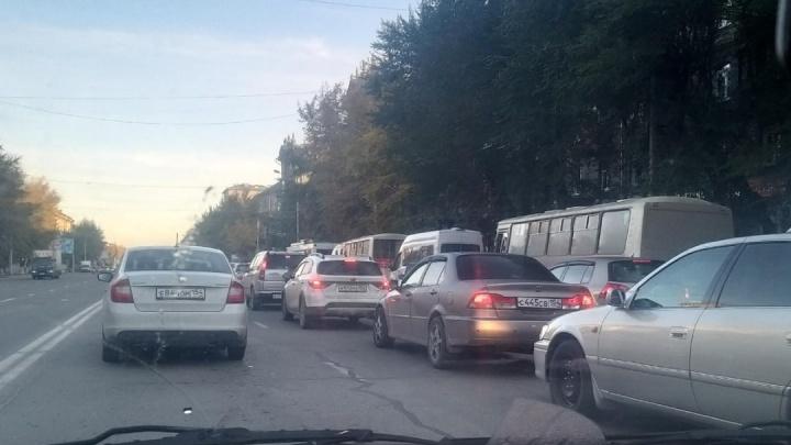 Дорожные работы парализовали движение в районе площади Труда