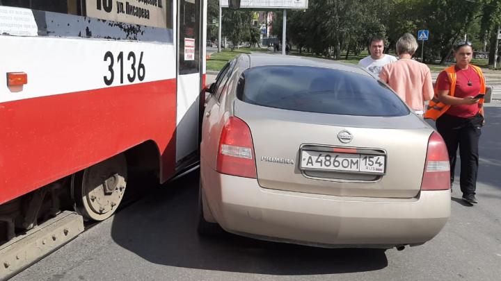 Трамвай № 13 врезался в не пропустивший его седан: движение по маршруту остановилось