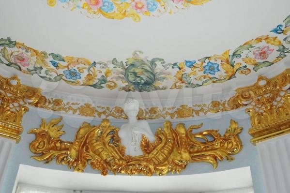 Лепнина покрыта сусальным золотом и сделана вручную
