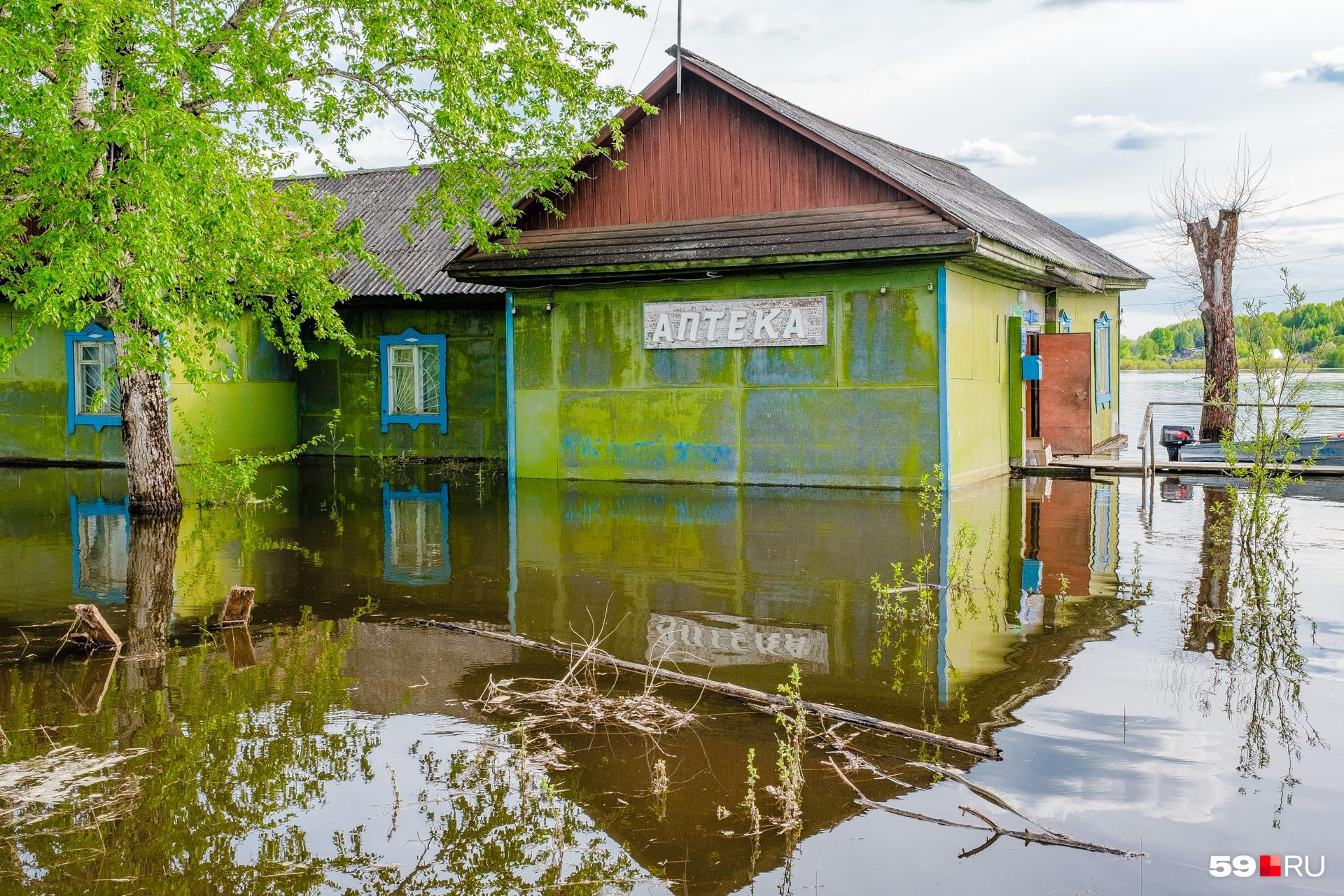 В воде и местные магазинчики