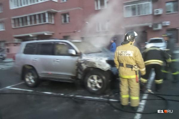 Автомобиль загорелся на парковке