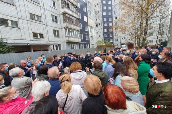 О сносе многоэтажки жителям сообщил губернатор Ярославской области Дмитрий Миронов