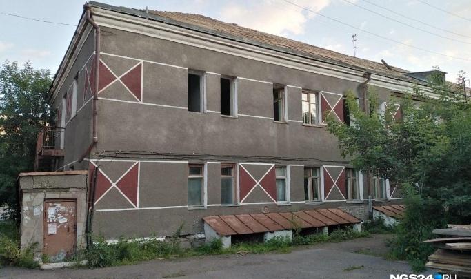 С владельца скандального общежития на Новосибирской требуют неустойку за бездействие
