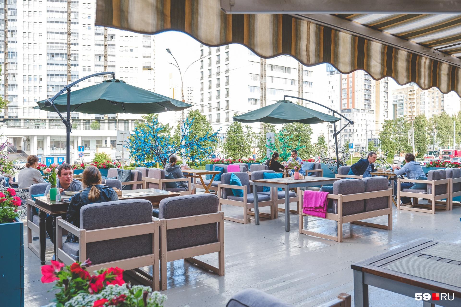 Веранда ресторана «Компот» находится на возвышении, так что проходящая рядом улица не мешает