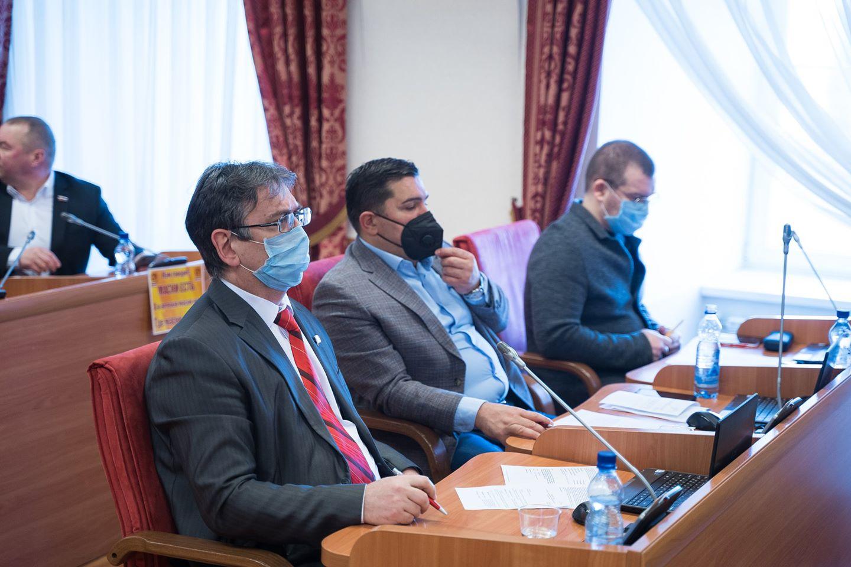 Депутаты от КПРФ, ЛДПР и «Единой России» (слева направо) в одном ряду и в защите