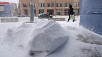 Задержка авиарейсов, сугробы на дорогах и отчаянные велосипедисты: на Южный Урал пришла метель