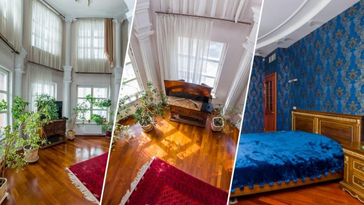 В центре Екатеринбурга продают двухэтажную квартиру с колоннами и панорамными окнами
