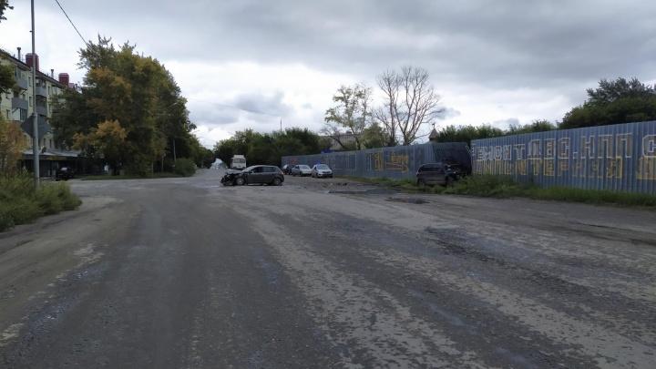 После столкновения Volkswagen врезался в забор: в Кургане в ДТП пострадали три человека