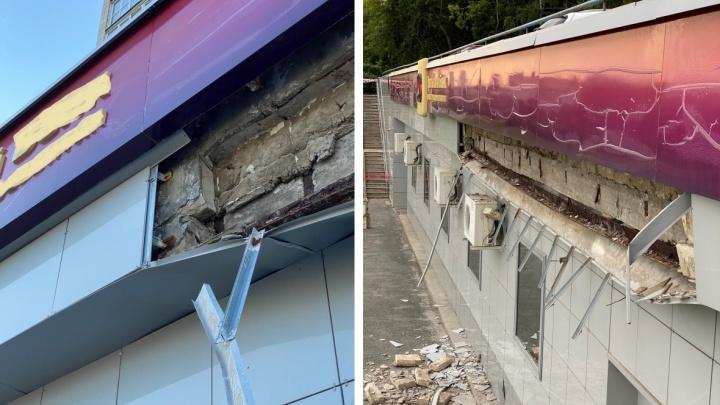 В Перми на мужчину обрушилась часть фасада дома на Петропавловской: СКР начал проверку