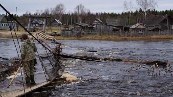 «Всё своими силами»: жители посёлка в Верхнетоемском районе борются за мост, разрушающийся паводком