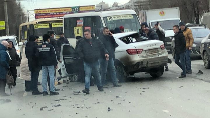 В Челябинске Lada Vesta отрикошетила в маршрутку после ДТП, одного человека забрала реанимация