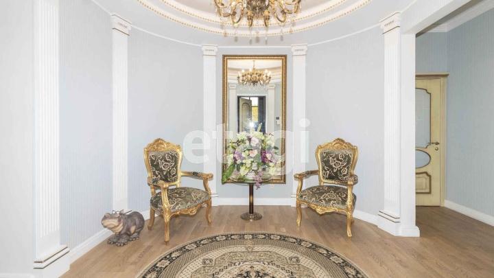 Зеркала в золотых рамах и кованые люстры. В Тюмени за 22,5 миллиона продают квартиру в замке