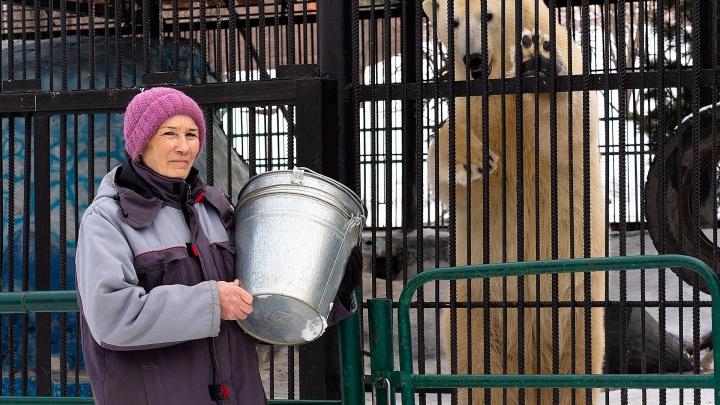 Медвежья бабушка: в «Роевом ручье» рассказали о сотруднице, которая почти 20 лет кормит медведей