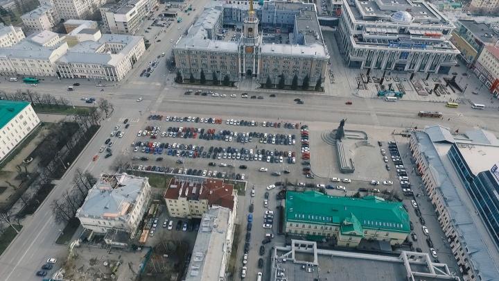 В карантинном Екатеринбурге забиты все стоянки: съемка с высоты птичьего полета