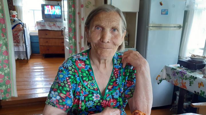 Красные берега и бабушкины шаньги: смотрим летний фоторепортаж из северной глубинки