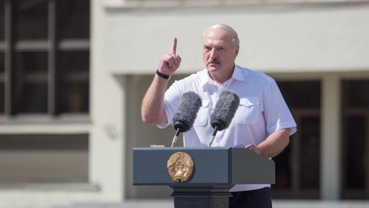 Лукашенко весь день встречается с бастующими работниками заводов. Они кричат президенту: «Уходи!»