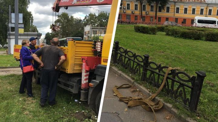 В Ярославле с улицы Победы выдрали чугунный забор, чтобы заткнуть дыры на других дорогах