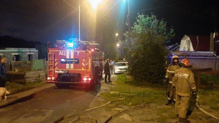 В Екатеринбурге сгорел частный дом, в котором жила 90-летняя женщина, сараи и баня