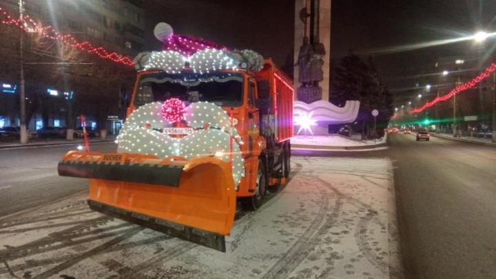 На дороги Волгограда выпустили гигантских Деда Мороза и Снегурочку