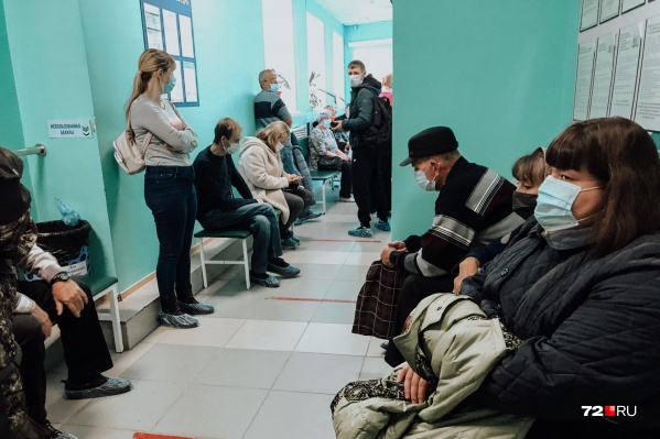 В Тюменской области ежедневно фиксируют новые случаи заражения. С 6 октября заболевших каждый день становится больше сотни