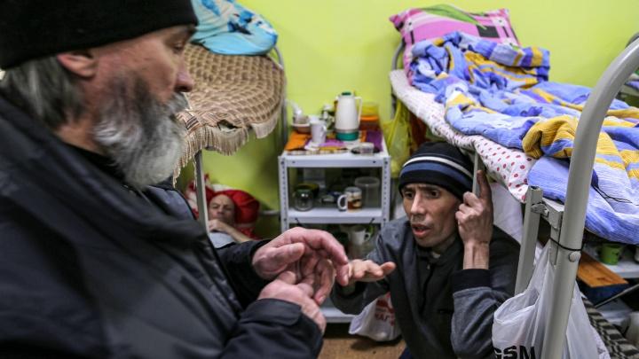 Генералы тюрем, подъездов и оврагов: как живут бездомные в церковном приюте в Уфе