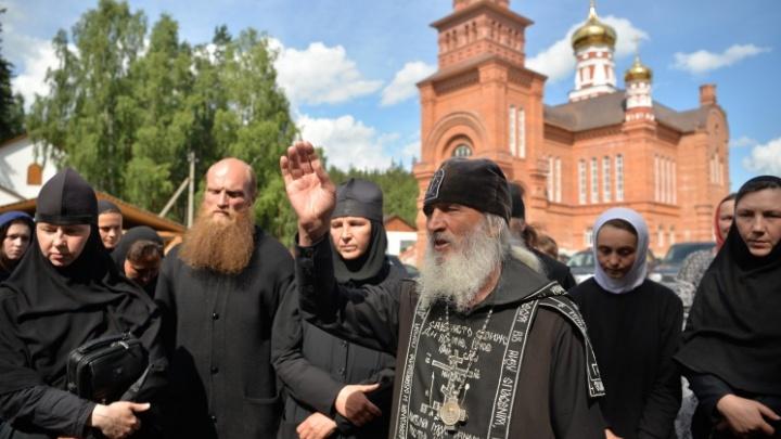 Отец Сергий постригает в монахи в обход митрополита Кирилла