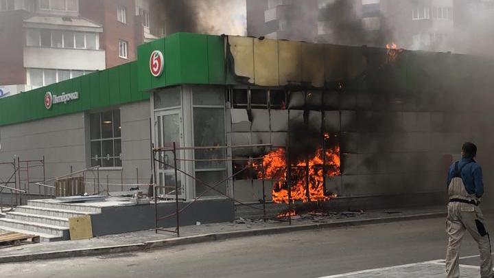 Напротив Шарташского рынка загорелась «Пятерочка»